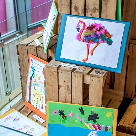 Kinderbilder auf Holzkisten